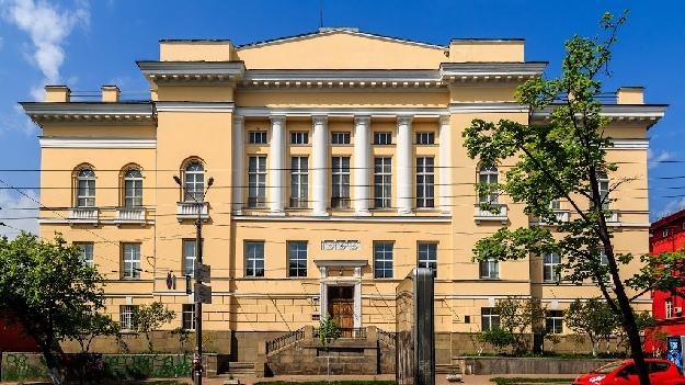 Киевлянам до сих пор верно служат школы, библиотеки, больницы, жилые и промышленные здания, инженерные и спортивные сооружения, возведенные по проектам гражданского инженера Василия Александровича Осьмака.