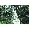 скульптура мальчика, держащего в руках гуся